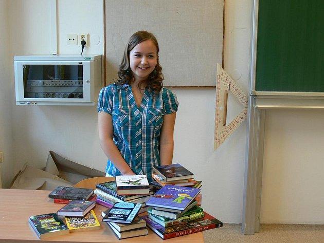 Čtrnáctiletá gymnazistka Veronika Beníšková z Borovan vyhrála celostátní literární soutěž nakladatelství Albatros. Za odměnu získala mimo jiné krabici plnou knih.