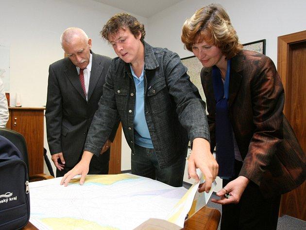 Filip Pytel (uprostřed) ukazuje Janu Zahradníkovi (vlevo) a Marii Hrdinové trasu své plavby.