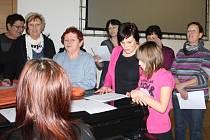 U klavíru si při středeční zkoušce s chutí zanotovaly dámy v Nových Hradech. Při akci Česko zpívá koledy se místní sejdou poprvé.