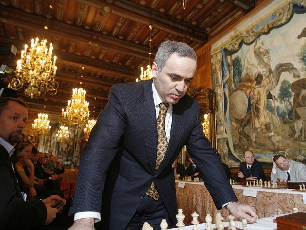 Hlubokou nad Vltavou navštívil světoznámý šachista Garry Kasparov,na snímku je Kasparov při simultánní partii se šestadvaceti šachisty na zámku.