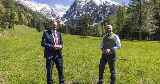 Představitelé Horních Rakous dělají reklamu almanachu.