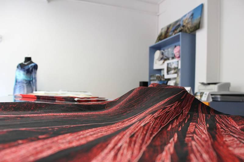 Renata Pourová vytváří ve své tiskárně originální potisky na látky.