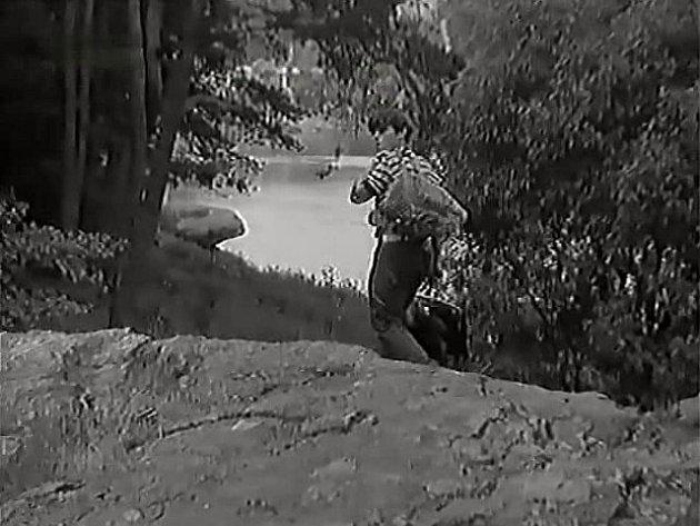"""Lišák odchází na své """"stanoviště"""" k řece. V tašce na rameni má vzkazy pro dívky."""