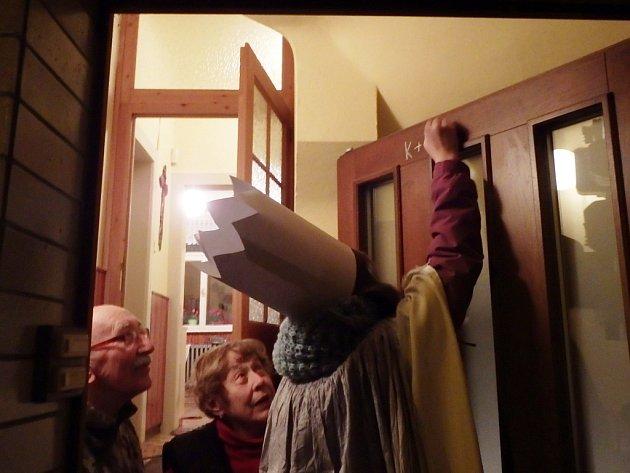 Se zájmem a radostí sledovali psaní požehnání na dveře domů a bytů hlavně starší lidé.