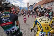 ZAHÁJENÍ. Cyklisté přihlížejí vystoupení mažoretek před startem závodu.