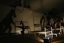 STÍNOHRA V LAZARETU. Divadlo Continuo uvedlo na statku Rábín u Netolic na Prachaticku své nové představení Jizvy v kameni. Snažilo se postihnout malé i velké dějiny onoho místa. K nejlepším scénám patřila stínohra v koňském lazaretu s ocelovými postelemi.