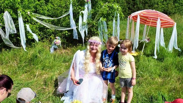 V Dubném si děti na svůj svátek prošly Pohádkovým lesem.