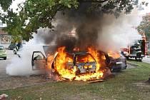 Dvě auta shořela v pondělí na budějovickém sídlišti Máj kvůli technické poruše.