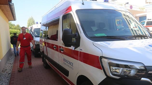 Dvě nové sanitky Renault pro českobudějovickou nemocnici předali Milan Teplý a Robert Krigar jako výraz díků za práci nemocnice v období covidu