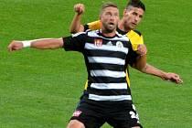 Richard Kalod v zápase s Opavou dal vítězný gól Dynama. Na snímku ho atakuje opavský Radič.