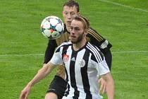 Roman Wermke v zápase Dynama se Znojmem (2:2) v souboji s Odehnalem.