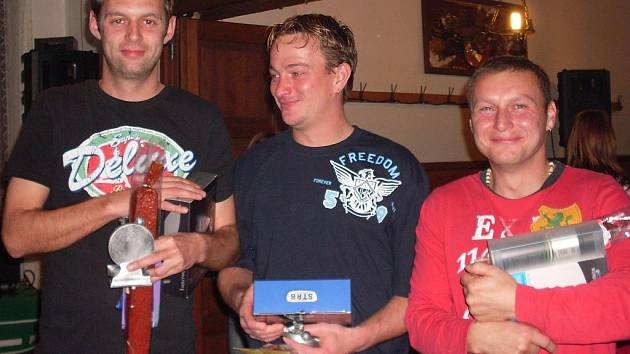 Tři nejlepší fotbalisté roku v Nové Vsi: Radomil Procházka, Otto Vrábek a Libor Labaj (na snímku zleva).