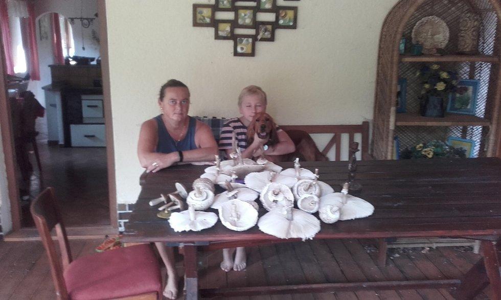 Erik Fuchs s maminkou z Větřní s houbovou úrodou.