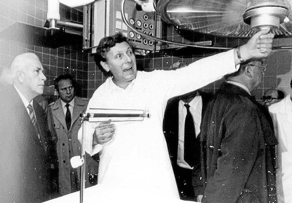 Vystoupení. Ke slavnostnímu otevření nově zrekonstruovaného chirurgického pavilonu došlo 8. května 1985. Na snímku je primář chirurgie Bohuslav Cypro, který provází novými pracovišti tehdejšího předsedu Jihočeského krajského národního výboru Františka Sam