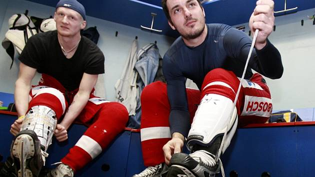Aleš Kotalík (vpravo spolu s obráncem Stanislavem Dietzem) si bude v kabině Mountfieldu utahovalt brusle i v příští sezoně.