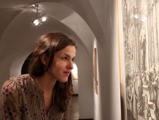 Alšova jihočeská galerie nabízí do 24. ledna promyšlenou výstavu grafik barokní krajiny. Na snímku studentka Jihočeská univerzity Helena Pavlovcová.