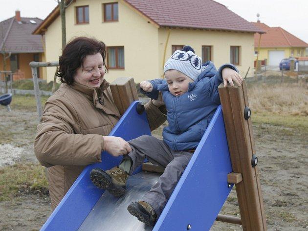 Na Děkanských polích v Rožnově už stojí stovka nových domů i s malým dětským hřištěm.