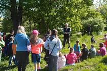 Odborné ošetření dvou lip, jež předkové v okolí Doubravky vysázeli před více než 100 lety, si nenechaly ujít ani děti, které navštěvují Základní školu v Chrášťanech.