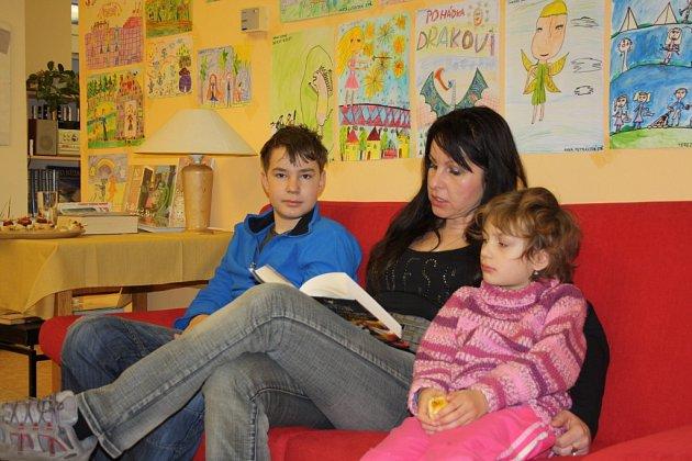 Maraton ve čtení dlouhý 24hodin pořádala ovíkendu knihovna vMalšicích na Táborsku, vznikl neoficiální jihočeský rekord. Vsobotu před šestou ranní dorazila na čtení Iveta Linhartová (42) a její dvě děti, Ema (6) a Hynek (11).