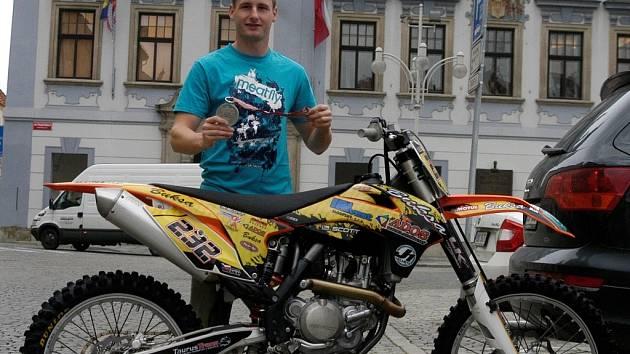 Martin Michek se stříbrnou medailí z MS a svým motocyklem KTM.