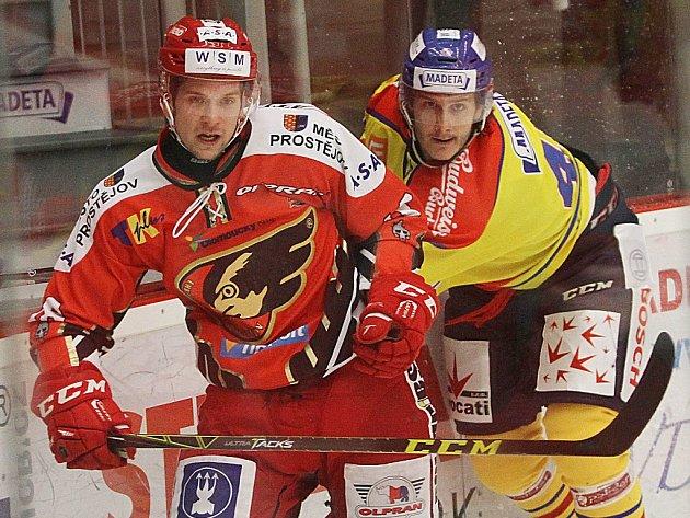 Lukáš Bohunický (vpravo) v souboji s prostějovským Lukášem Luňákem.