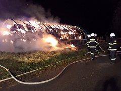 Noční požár uskladněného sena pomáhali likvidovat i hasiči SDH Velešín.