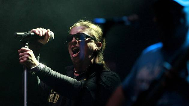 Tlustá Berta - koncert k 20. výročí existence kapely v areálu jindřichohradeckého lihovaru. S frontmanem Michalem Chramostou.