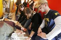V rámci projektu Preventivní vlak, který v pondělí dorazil i na českobudějovické nádraží, si studenti mohli vyzkoušet i to, jak se zachovat v případě záchrany poraněného.