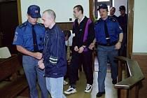 Vězeňská služba přivádí dvaadvacátého června před patnácti lety  (zleva) Martina Pomijeho, Zdeňka Habicha a Jaroslava Churáčka před senát Krajského soudu v Táboře.