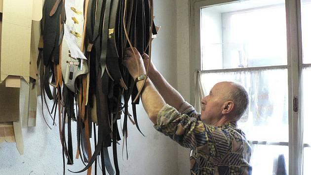 Opravy pásků ke kabelkám, mysliveckých brašen nebo kožených drobností do auta, to byla doména Vlastimila Kamlacha (na snímku) a jeho kolegů. Známá provozovna ale ke konci minulého roku ukončila činnost.