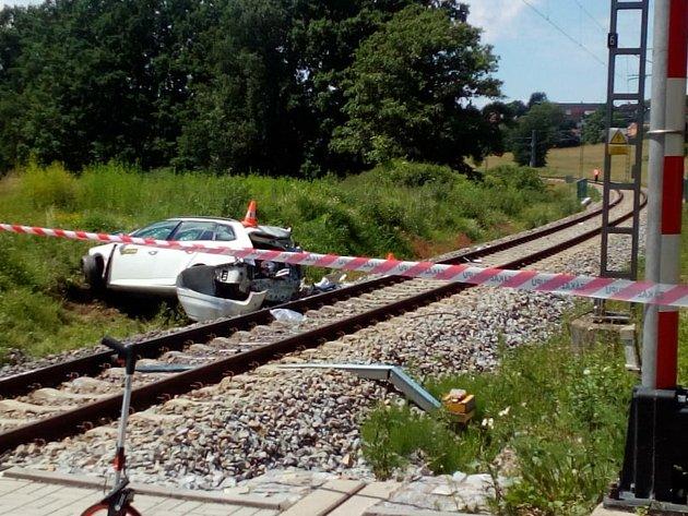 Tragický střet auta svlakem na železničním přejezdu uNedabyle na Českobudějovicku si vyžádal lidský život.