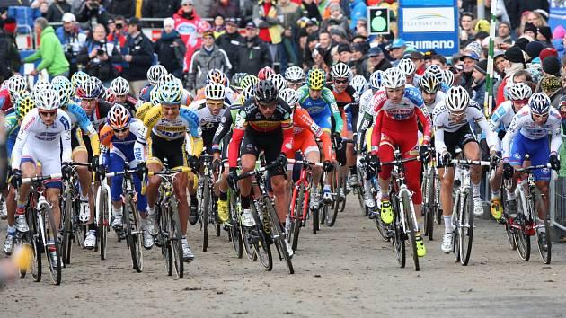 Cyklokros je tvrdý sport, který si může v sobotu vyzkoušet ve Veselí nad Lužnicí opravdu každý.
