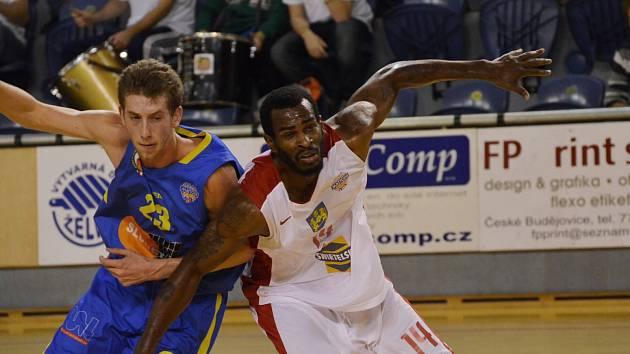 SOUBOJ. Jindřichohradecký basketbalista Michael Ringgold se snaží přetlačit ústeckého Michaela Steffecka.