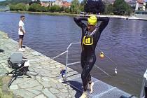 KVADRIATLON. Závod v Týně nad Vltavou byl závodem Světového poháru a zároveň mistrovstvím České republiky ve sprintu. Tomáš Svoboda vylézá z vody jako nejlepší plavec. Nakonec vyhrál celý závod.