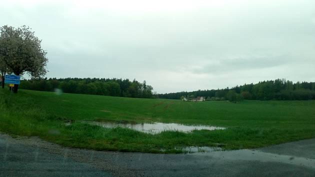 Práce na polích letos více než v jiných letech komplikují deště. Místy se vytvořily i malé rybníčky, které hbitě obsadilo vodní ptactvo. Na snímku pole nedaleko Holašovic.