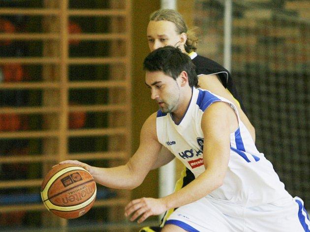 Petr Paleček dokázal, že je v dobré formě: nepříjemnému Berounu nastřílel 27 bodů, zaznamenal pět trojek.  Na snímku uniká ve vítězném derby s Pískem.