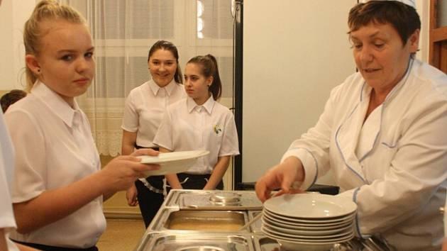 Při ochutnávce jídel si na servírky zahrály dívky ze sedmé třídy.