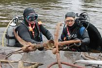 Pět členů českobudějovického potápěčského klubu Octopus vyčistilo v pátek dno řeky Malše u Malého jezu v Českých Budějovicích.