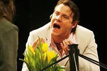 Ondřej Veselý hraje hlavní roli v erotické grotesce Muž sedmi sester, jejíž jubilejní 50. reprízu uvede v pátek činohra Jihočeského divadla. Snímek z představení Bůh masakru.