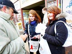 Přes stovku studentů středních odborných škol se v pondělí v Českých Budějovicích zapojilo do charitativní akce ve prospěch prevence a léčby HIV a AIDS. V ulicích nabízeli veřejnosti ke koupi například červenou stužku.