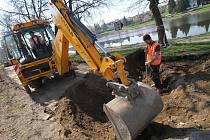 11. dubna začaly v Týně nad Vltavou práce na nové cyklostezce do obce Břehy. První část mezi parkovištěm pod kostelem a obecním domem bude hotový za měsíc.