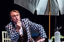 Alexandr Beň na jevišti Jihočeského divadla ve Figarově svatbě.