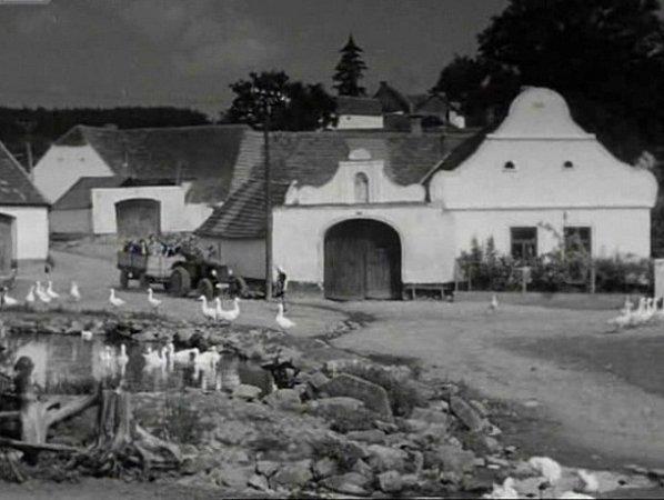Čepřovice vUsměvavé zemi: pohled od kapličky krybníku a na statek vduchu selského baroka. Náves byla tehdy plná husí.