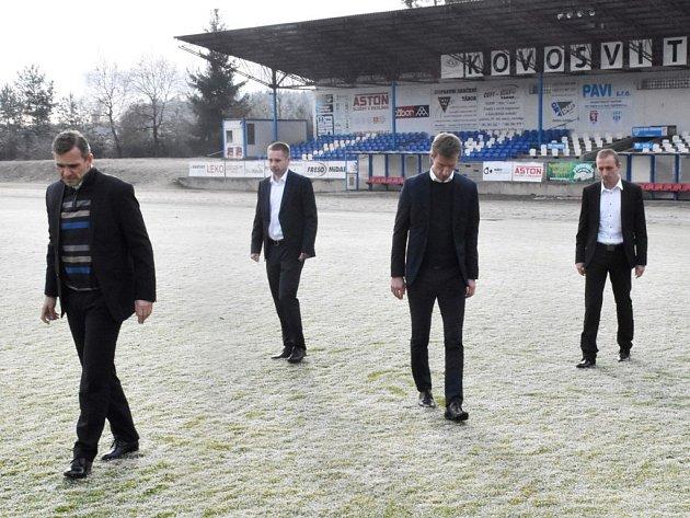 Osmifinále poháru mezi Táborskem a Libercem se nehrálo, sudí Jan Machálek (třetí zleva) po kontrole hřiště rozhodl, že hrací plocha na Soukeníku je nezpůsobilá.