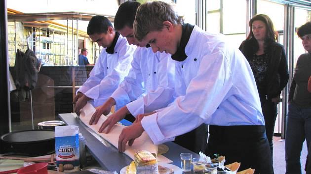 Na snímku učni ze školy v Hostouni, kteří se pokusí o vytvoření rekordně dlouhé skládané palačinky.