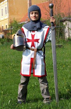 Jiří Havlis zBorovan vyrábí repliky historických zbraní a zbrojí znekovových materiálů.