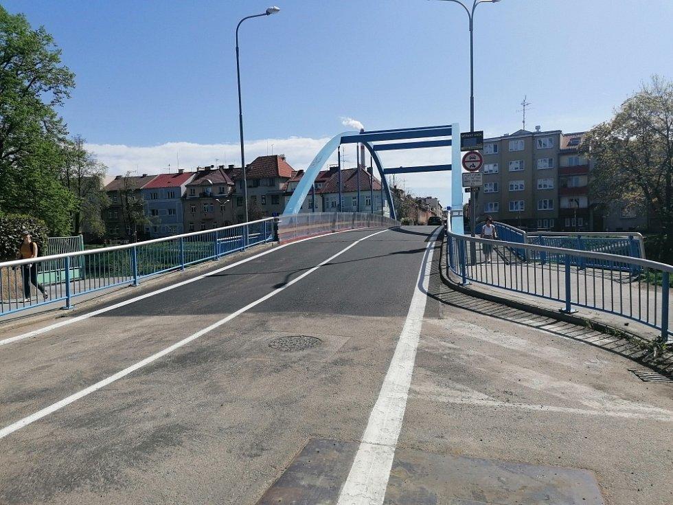 O tři týdny dříve skončily opravy Modrého mostu u Polikliniky Jih a na místě je tak obnoven běžný provoz.