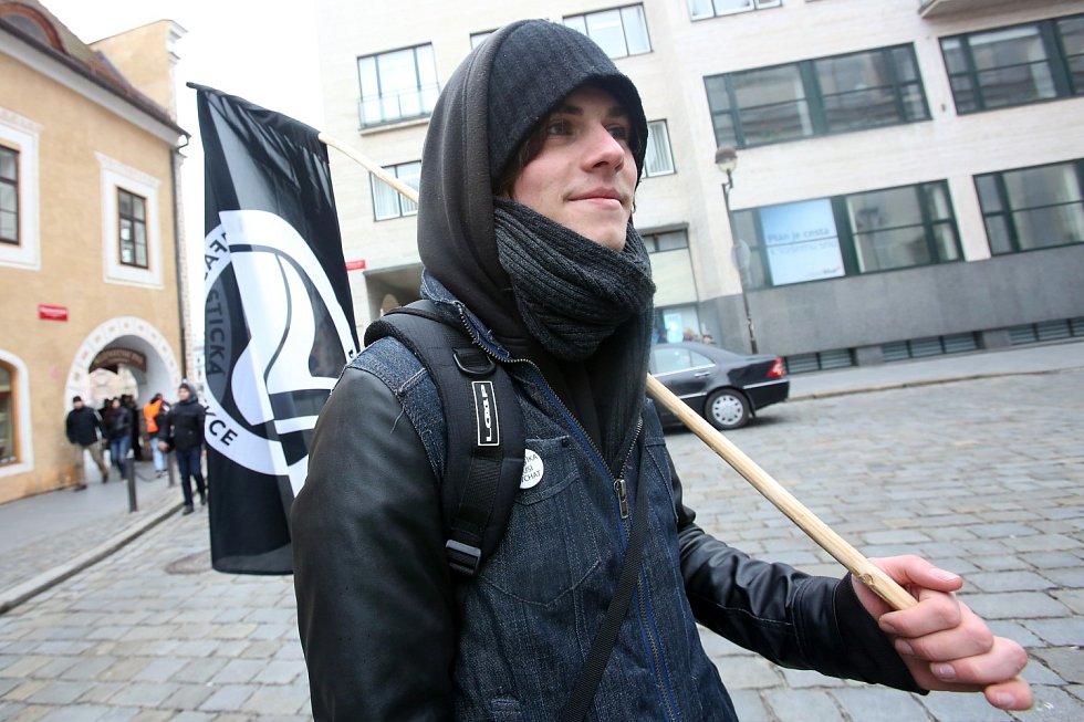 Na shromáždění pod Černou věží přišel tento mladík s vlajou organizace Antifa