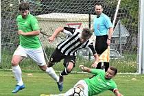 Už v pátek hraje Čížová v divizi s J. Hradcem (na snímku z minulého utkání doma s Admirou atakují hostujícího Čáchu čížovští Rozhoň a Nečas): páteční derby začíná v 18 hodin.