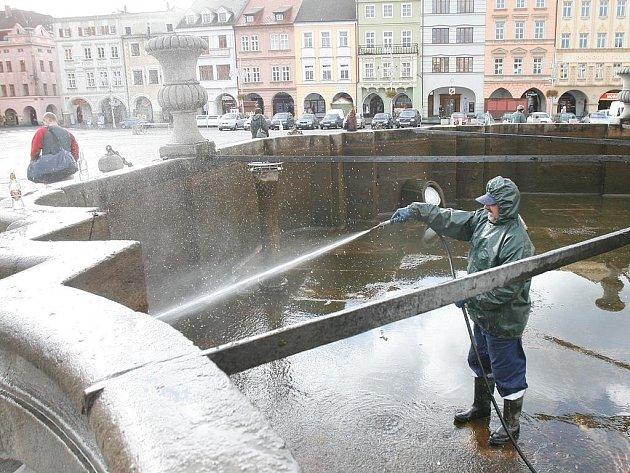 Kašna na náměstí Přemysla Otakara II. v Českých Budějovicích prošla podzimní očistou.